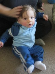 chłopiec w niebieskim dresie