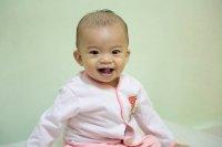 małe uśmiechnięte dziecko